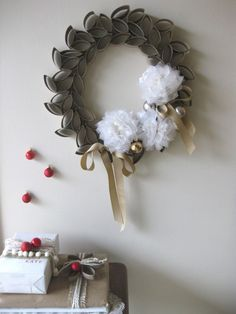 Recycling rolls of toilet paper: Christmas wreath! #DIY