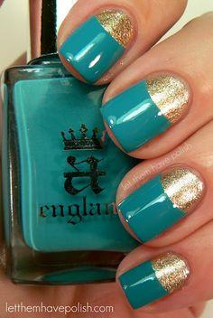 Uñas pintadas de color turquesa y oro