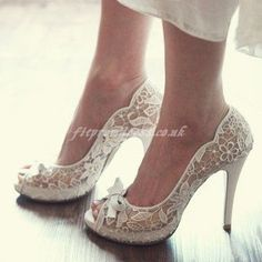 beautiful wedding shoes--would look great with a lace dress!