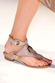 Tendencias primavera verano 2013 sandalias de piso accesorios zapatos - Salvatore Ferragamo