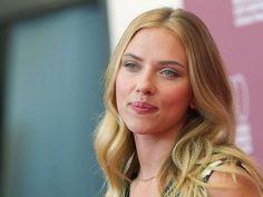 Las ondas rotas de Scarlett Johansson y su maquillaje nude hacen de ella una chica trendy en cuanto a belleza