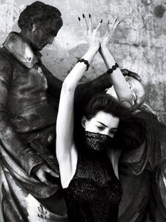 anne hathaway - dark. chicmuse.com