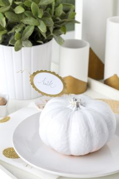 So simple and chic! DIY pumpkin leaf place cards via sugar & cloth