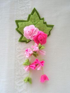 Pretty floral pin in felt...NO pattern/tutorial