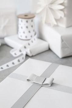 wrap gifts, wrapping gifts, wrapping ribbon, white gift wrapping, diy gifts, handmade gifts, christmas gift wrapping, tie a bow, christmas gifts