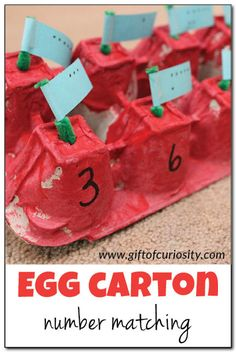 Egg carton number matching game: an activity that promotes counting, number recognition, and fine motor skills. A great early math game for preschoolers or any kid who is learning numbers! || Gift of Curiosity