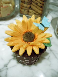 sunflower cake and cupcakes, sunflow cupcak