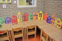 De kinderen hebben huizen met huisnummers gemaakt en daar zitten dozen achter geplakt. Mogelijkheden: op de goede volgorde zetten, rij met even en oneven nummers maken, haal er een of meerdere tussenuit. Vraag aan de kinderen welke huisnummers weg zijn. Opdrachten: doe een blokje in huis nummer vijf. Wie zijn de buren? Wie woont twee huizen verderop?