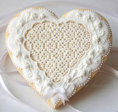 wedding cookie how do you even decorate this??