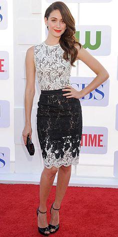 EMMY ROSSUM    Otra que lució divina en esta fiesta fue Emmy Rossum con un vestido en encaje blanco y negro de la colección Otoño 2012 de Zuhair Murad y zapatos Louboutin en charol negro.