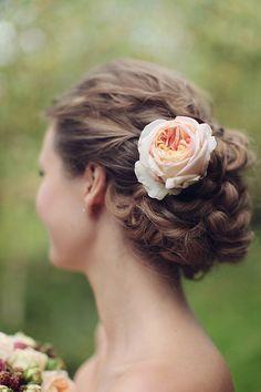 Bun + peach garden rose. Stylist: Maria Zhitnitskaya.