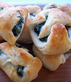 Spinach and Cream Cheese Crescent Bites Recipe ~ These easy appetizers are a tasty way to get the flavors of spinach dip, but in a fun little bite.