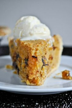 a little twist on a classic: Pumpkin Chocolate Chip Cookie Pie I howsweeteats.com