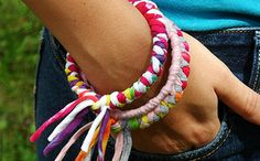 Brazaletes coloridos de trapillo