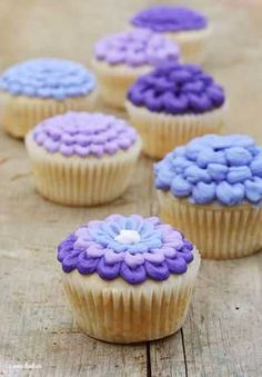 love these purple flower cupcakes!