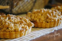 Mini Crumb Topped Apple Pies - SO delicious!! #holidayentertaining