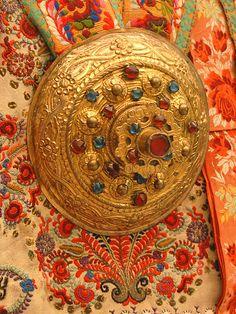 Bijour d'un costume traditionnel de Transylvanie (Hongrie)    Bijou du costume traditionnel de femme (saxon) de Transylvanie, 1892,  Szelindek, SzenbenCostumes du musée d'ethnographie de Budapest