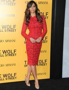 Camila Alves espectacular con un little lace dress en rojo y negro de Dolce & Gabbana.