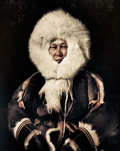 Shamanism is still practised in parts ofthe tundra. Nenets have an animist beliefsystem centred on local deities. These are represented by wooden idols that they carryon sacred sledges. Figurines representingancestors also play an important role. Severaltimes a season, the sacred sledge is anointedwith freshly slaughtered reindeer blood. Whenthey sacrifice a reindeer, they split the animalin half, starting at the skull.