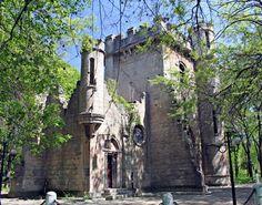Castelul Fermecat, Craiova.  A fost construit ca si când ar fi o ruina a unui castel medieval, odata cu Parcul Romanescu din Craiova, loc in care se si gaseste.