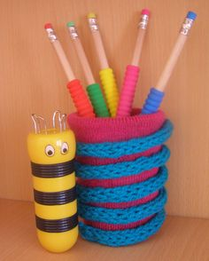 Bote para lápizes decorado con una tira tejida con tricotín by Miss Chicken, via Flickr