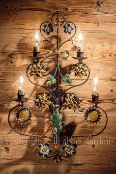 Applique fantasia a 4 luci in ferro battuto decorato a mano