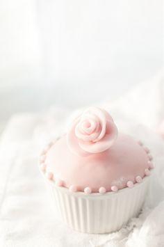 * sweet treat, pink flowers, pink roses, pink cakes, pastel pink, pale pink, flower cupcakes, pink cupcakes, sugar flowers