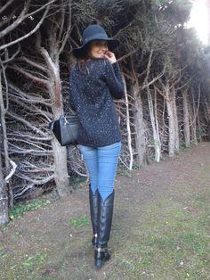 Paula con un look muy chic y cómodo.  Lleva sombrero y botas de Fetiche.