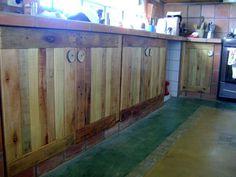 Puertas para bajomesada estilo campo.  Reciclado de pallets