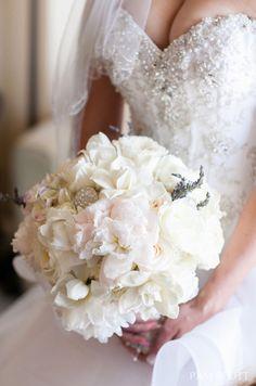 Biały bukiet ślubny.