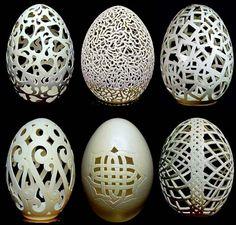 [GT]Heykeltıraşın İlginç Malzeme Seçimi: YumurtaYumurtalar üzerinde çalışan Gary Lemaster, yumurta kabuklarına estetik şekiller vererek minik heykeller yaratıyor. Gary Lemaster insanlar heykelleri gördüklerinde hep yumurtaların neden yapıldığını sorduklarını çünkü yumurtaları porselen ya da benzeri bir şeye benzettiklerini söylüyor.
