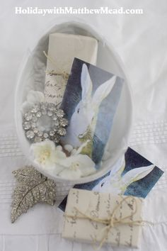 Use a clear plastic egg from a craft store and create an Easter memories vignette. <3www.HolidaywithMatthewMead.com