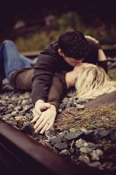 passionate kisses engagement pictures, first kiss picture, engagement photos railroad, kissing pictures, engagment pictures railroad, couples railroad photography, railroad track pictures, couples photography railroad, engag pictur