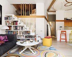 Librería que aprovecha el espacio bajo la escalera