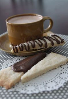 this is the most delicious #shortbread I've ever tasted! it's super #easy to make, and the #chocolate drizzle takes it over the top. perfect for #Christmas #cookie #exchanges or #gifts for #neighbors! #holiday #recipe