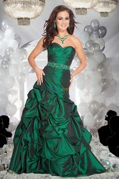 Stunning dress for a emerald green wedding theme. Check out more tips at WeddingbyDesigns.com and TheInspiredEdge.com