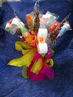 Jarra de acero galvanizado  con moños coloridos y brochetas de bombones, pasitas con cho0colate y gomitas  Snack´s & candy Bar