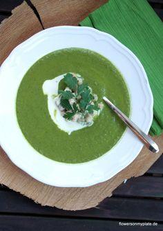 Brokkoli-Grünkohlsuppe mit Tahini Kichererbsen