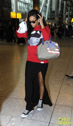 Here we got Rihanna looking casual rocking a pair of high top black and white converse. Yes, ladies and gentlemen celebrities also wear inexpensive shoes like converse. But then again...who doesnt wear converse?