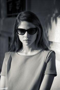 Alba Galocha con gafas cat eye de  Amichi para Opticalia