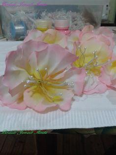 Flor armada en tela de raso. Pintada a mano: pintura textil
