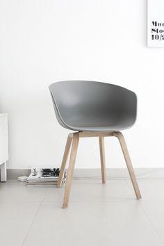 Silla gris de Hee Welling para Hay Design