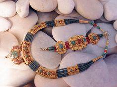 Conjunto artesanal de collar y pulsera elaborado con turquesas, coral y lapislazuli. Procede de Nepal. Plateado en oro de 18 kl. El collar mide 49 cm. de largo y la pulsera 20 cm.  Precio: 130 Euros