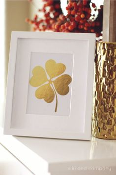 free gold foiled clover print from kiki and company. Cute St. Patrick's day decor. Simple. www.kristenduke.com #stpatricksdaycrafts #holidaydecor