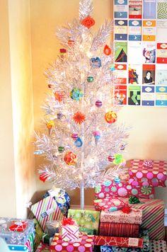 Con adornos hechos a mano. Cheap, homemade Christmas ornaments | How About Orange