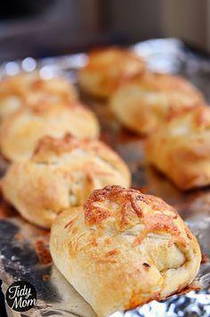 Turn chicken enchiladas into finger food! CHICKEN ENCHILADA PUFFS tutorial and #recipe at TidyMom.net
