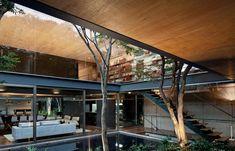 A galeria de circulação do piso superior abre-se para o jardim externo e para a sala de estar
