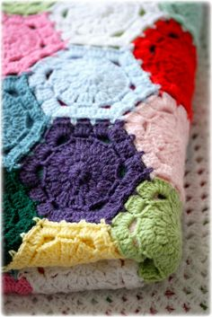 hexagon blanket -- I like the finishing edge on this .. filling in the spaces between the hexagons