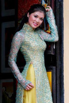 Người đẹp e ấp với áo dài nơi phố cổ. Hồ Thị Oanh Yến, Bà Rịa Vũng Tàu.