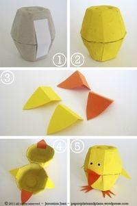 un lindo pollito con una caja de huevos y papel...